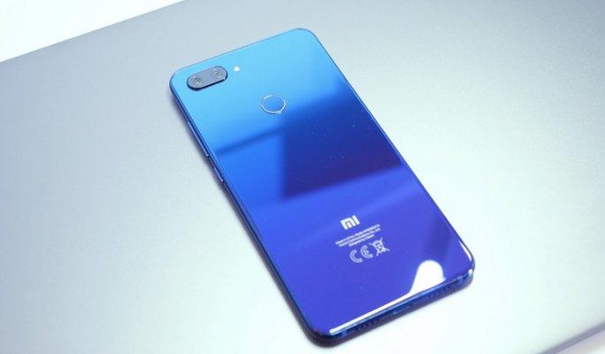 Xiaomi Mi 8 (в синем цвете)